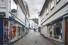 挪威,斯塔万格, 07 30 2013年 哀伤的偏僻的年长夫妇在一条离开的街道上 水平的框架 免版税库存照片