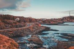 挪威,路在Lofoten海岛末端是非常狭窄的 后面的一个小村庄 库存照片