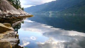 挪威-理想的海湾反射在清楚的水中 股票视频