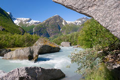 挪威 从解冻冰川Briksdayl的重的水流量  免版税库存照片