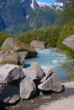 挪威 从解冻冰川Briksdayl的水流量在mountai 免版税库存图片