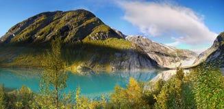 挪威Glacier湖日出山 免版税库存照片