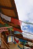 振翼在微风的西藏祷告旗子 库存图片