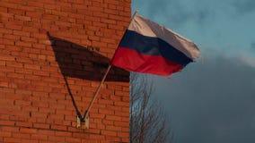 振翼在慢动作的风的俄国旗子 影视素材
