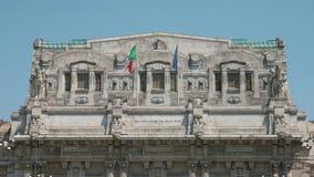 振翼在米兰中央驻地的风的意大利和欧洲旗子 股票视频