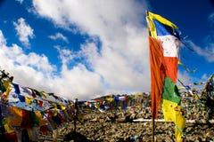 振翼在蓝天,拉达克,印度的祷告旗子 免版税库存图片