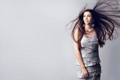 振翼在风,美女发型在白色的演播室画象的时装模特儿长发 免版税库存照片