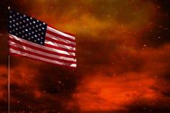 振翼的美国下垂与空白的大模型您的在绯红天空的文本的有烟柱子背景 麻烦概念 库存图片