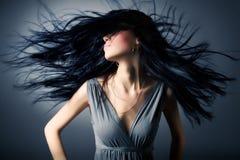振翼的头发妇女 免版税图库摄影