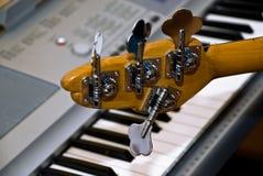 挺直电镀吉他的钢琴 库存照片