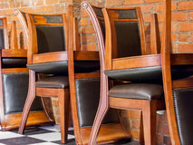 挺直和颠倒的椅子 库存图片
