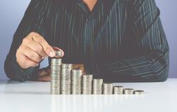 挽救投入金钱的金钱商人的概念和手铸造 免版税库存照片