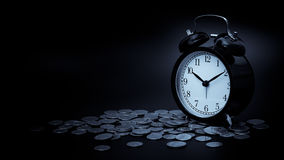 挽救时间,有在黑背景隔绝的硬币的闹钟 使用葡萄酒过滤器 免版税库存图片
