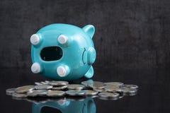 挽救空的存钱罐的金钱问题在深黑色选项放置 免版税库存照片