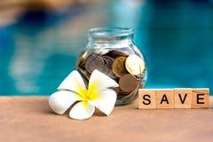 挽救金钱概念的词在与木立方体的纵横填字谜收集了 充分硬币玻璃贪心, 库存图片