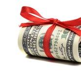 捆绑一百美元票据栓与一条红色丝带 U.S. 在白色背景隔绝的美元 免版税库存照片