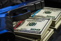 捆绑与一杆枪的美元在袋子 免版税图库摄影