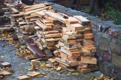 捆绑切好的木柴在乡下 免版税库存照片