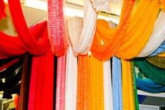 捆绑样品色的人为丙烯酸酯的织品,纤维,示范多彩多姿的色的明亮的杂色的片断  免版税库存图片