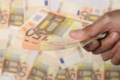 捆绑欧元hodling人的五十个现有量 库存照片