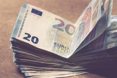 捆绑相当20欧元价值的金钱在浅褐色的背景 被定调子的图象 库存图片