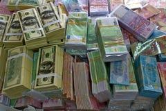 捆绑不同货币,美元和欧洲,越南的堆 库存图片