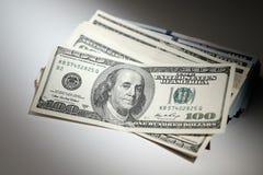 捆绑在一张白色桌上的美元 图库摄影