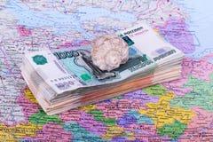 捆绑在旅行,壳,俄罗斯的地图的金钱 库存照片