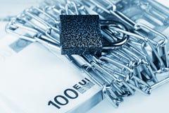捆绑钞票欧元和锁 免版税库存照片