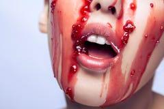 捉住在她的f的果酱的美好的赤裸模型开放嘴和尝试 免版税库存图片