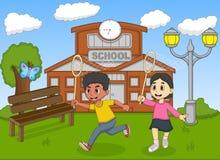 捉住在他们的学校动画片前面的孩子一只蝴蝶 免版税库存照片
