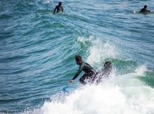 捉住波浪的冲浪者 免版税库存照片