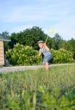 捉住蝴蝶的逗人喜爱的滑稽的小男孩赛跑 免版税图库摄影