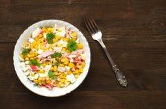 捉蟹在一块板材的沙拉在一张木桌上 土气样式 库存照片