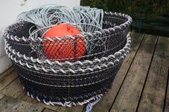 捉蟹有绳索橙色浮体和装载的浸泡的罐  免版税库存照片