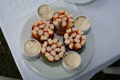 捉蟹沙拉用在板材的新鲜的开胃用沙司 免版税库存照片