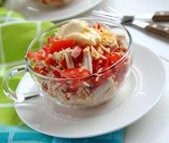 捉蟹沙拉用蕃茄、胡椒和干酪 免版税图库摄影