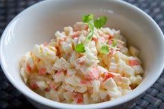 捉蟹蛋绿色查出的蛋黄酱葱荷兰芹豌豆沙拉香料 免版税库存图片
