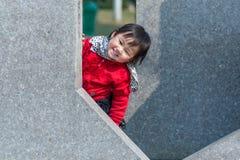 捉迷藏中国人女孩 免版税库存照片