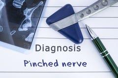 捏的神经诊断  医疗健康历史写与Pinched神经、MRI图象荐骨的脊椎和neurologica诊断  库存照片
