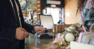 捐现金钱的人顾客给然后采取从卖花人的出纳员花 影视素材