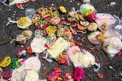捐赠残余在印度葬礼以后的,努沙Penida,印度尼西亚 图库摄影