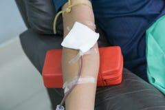 捐赠的献血者与在手中举行一个有弹性的球 库存图片