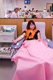 捐赠血液的泰国女孩在红十字机构 免版税图库摄影