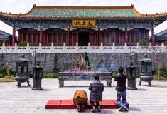捕食在天门山寺庙前面的小组中国人在天门山顶部 免版税库存照片