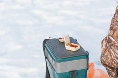 捕鱼冰谎言捕捉冬天zander 为冬天渔的一个工具在手上 一根钓鱼竿在结冰的手上 免版税库存照片