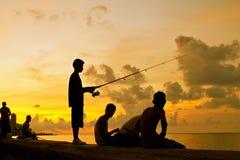 捕鱼哈瓦那malecon s现出轮廓日落 免版税图库摄影