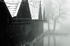 捕鱼有薄雾小屋的湖 图库摄影