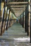 捕鱼木码头的下面 免版税库存图片