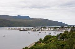 捕鱼港口和Ullapool村庄的看法在高地的在苏格兰,英国 免版税图库摄影
